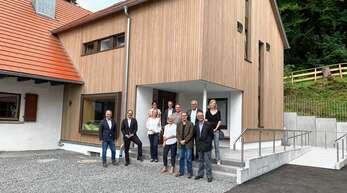 Die Beteiligten und die Vertreter der Geldgeber für das Projekt der Sanierung und Erweiterung des Jugend- und Freizeitheim Fehrenbacherhof sind vom Ergebnis begeistert.
