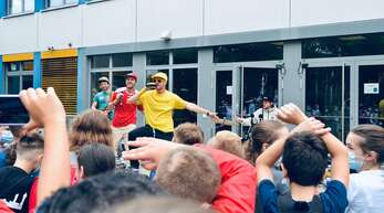 School's out-Konzert am letzten Schultag: Zweierpasch bouncen mit zahlreichen Schülern beim Kehler Einstein-Gymnasium um die Wette.