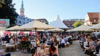 """Ein Volltreffer war """"Wein Genuss Musik"""" auf dem Offenburger Marktplatz. Am Donnerstag und Freitag versammelten sich dort jeweils 200 Besucher, um Weine aus der Region zu kosten."""
