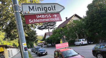 """Die Werbung in der Bahnhofstraße ist kaum zu übersehen: Minigolf und """"Schlemmermobil"""" sind Nachbarn."""