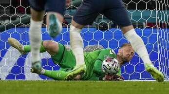 Im ersten Versuch konnte der dänische Keeper Kasper Schmeichel den Elfmeter trotz der Laserpointer-Attacke noch abwehren.
