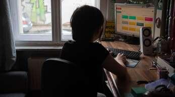 Daheim lernen, wenn Präsenzunterricht stattfindet, soll nur noch mit Attest möglich sein.