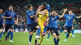 Amore: EM-Finalheld Gianluigi Donnarumma wird von seinen Mitspielern geherzt