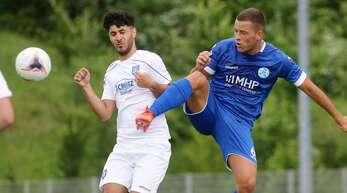 Ivo Colic (re.) brachte die Stuttgarter Kickers im Pokalspiel bei der SG Empfingen mit 1:0 in Führung.