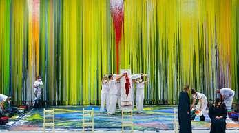 """Schüttbilder sind ein Markenzeichen von Hermann Nitsch; hier sind die Malassistenten des Künstlers während der """"Walküre"""" in Aktion."""