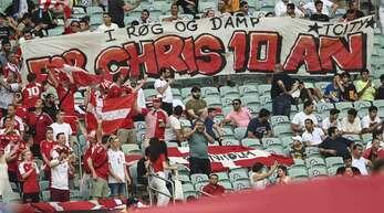 Dänische Fans grüßen Christian Eriksen in Baku.