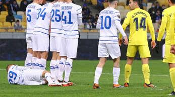 Wenn sich ein Fußballspieler hinter der Freistoßmauer hinlegt, soll so ein flacher Torschuss verhindert werden. Mehr dazu im Artikel.