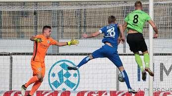 Am 20. Oktober 2018 gewann der SGV Freiberg bei den Stuttgarter Kickers mit 4:2 – Stürmer Marcel Sökler (re.) traf gegen Kickers-Keeper Ramon Castellucci viermal.