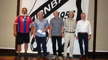 Ehrungen für treue FC-Mitglieder, soweit anwesend: Reinhold Esslinger (von links), Walter Hildbrand, Andreas Schönherr, Gerhard Schneider und Martin Heinzmann.