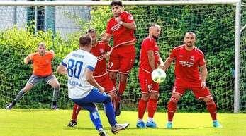 Thomas Dautner (vorne) versucht es mit einem Freistoß, doch am Ende blieb sein SC Durbachtal beim 0:2 gegen den FV Langenwinkel ohne eigenen Treffer und schied aus.