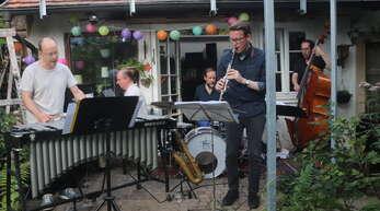 """Die Band Alex Bayer & """"Zodiac"""" spielte expressiven Jazz beim Gartenkonzert bei Henriette von Heimburg in Offenburg."""