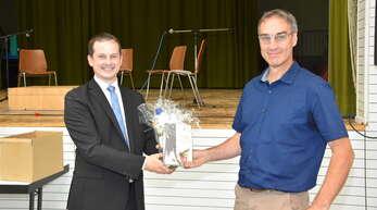 Bürgermeister Christian Huber (links) verabschiedete Bertram Walter, der 2009 an die Moscherosch-Schule kam und jetzt nach Kappelrodeck wechselt.