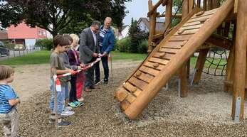 Auf geht's – die Ortsvorsteher Jochen Strosack und Gerhard Moser geben das neue Spielgerät in Altenheim frei.