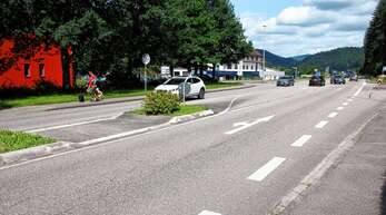 Der bisherige Fußweg zum Sportplatz über die Böschung wird als Rad- und Gehweg ausgebaut und noch vor dem Autohaus Roth seitlich an die B28 herangeführt.