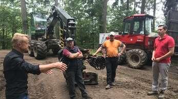 Joachim Prinzbach (von links), der Vorstandssprecher der FVS, diskutierte mit den beiden Forstunternehmern Helmut und Peter Schmider sowie dem SPD-Bundestagsabgeordneten Johannes Fechner.