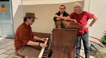 Eric Elmendorf (links) spielt für Initiator Georg Braunstein (rechts) und einen Freund.