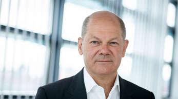 Olaf Scholz, SPD-Kanzlerkandidat und Bundesminister der Finanzen, blickt am Rande eines Interviews mit Journalisten der Deutschen Presse-Agentur in der SPD-Parteizentrale in die Kamera des Fotografen.