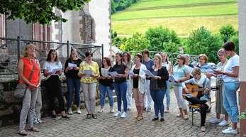 Glücksfall für den Kindergarten: Lucia Doll (links) wurde von den Erzieherinnen mit viel Gesang verabschiedet.