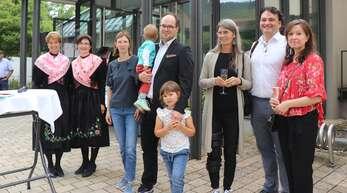 Katja und Andreas Schneider (von rechts), Beate Axmann und die Familie Aßmuth freuten sich mit den Trachtenträgerinnen über die gelungene Vernissage.