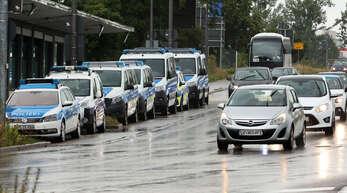 Keine Staus: Seit Sonntag gibt es coronabedingt neue Regeln für die Einreise nach Deutschland. Unmittelbar an der Europabrücke in Kehl befindet sich ein Bundespolizeirevier (links), die Beamten kontrollieren aber nach wie vor nur zeitweise und stichprobenartig.