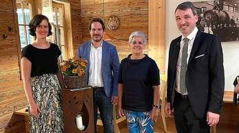 Die stellvertretende Vorsitzende Susanne Kienzle (von links) und Vorsitzender Christian Weinzierle gratulierten mit Bürgermeister Thomas Geppert (rechts) Waltraud Kech zu einer besonderen Ehrung: Sie erhielt für 50-jährige Mitgliedschaft in der Kirnbacher Kurrende die goldene Ehrennadel des Bunds Heimat- und Volksleben.