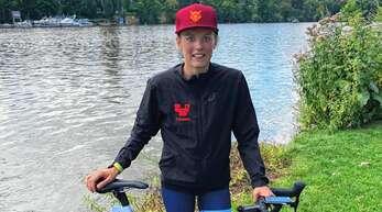 Triathletin Pia Wolf vor dem Neckar, in dem sie beim Heidelbergman 1400 Meter zurückgelegt hat.