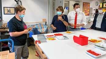 Jasmine Huber (von links) leitete Ulla Schmidt beim Zusammenbauen eines Kugelschreibers an. Johannes Fechner und Martin Schmid beobachten sie dabei.