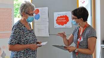 Wie sie sich ehrenamtlich in die Arbeit der Caritas einbringen kann, ließ sich Hedwig Waidele aus Hausach (links) von Stefanie Brüschke erläutern.