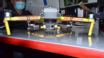 Lautsprecher und LED-Scheinwerfer sind nur zwei der vielentechnischen Raffinessen der Feuerwehr-Drohne.