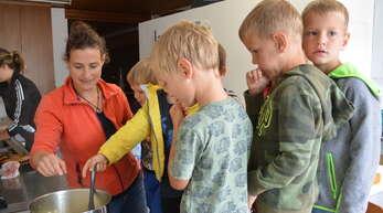 Sommerspaßaktion mit Martina Hofer in Hofstetten:Beim Kochen der Äpfel zu Mus durfte jedes Kind mal umrühren.