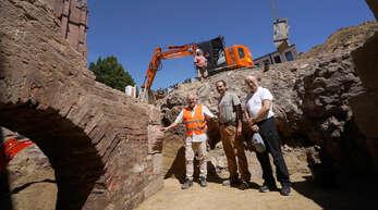 Bertram Jenisch (von links) und Frank Krämer Ende Juli in der Grabungsstätte in der Hauptstraße 52. Jetzt haben sie ihren Abschlussbericht veröffentlicht.
