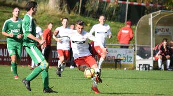 Schiltachs Tor-Garant mit seinem richtig guten Freund, dem Ball: Flavius-Nicolae Oprea, der in den beiden zuletzt abgebrochenen Spielzeiten insgesamt 33 Treffer erzielte.