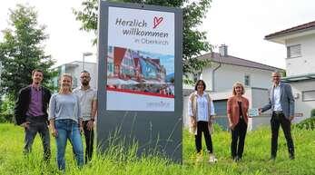Überzeugten sich von den neuen digitalen Stadteingangstafeln: Matthias Kaufhold, Denise Burkart, David Blum, Iris Sehlinger (alle Stadtverwaltung Oberkirch), Diana Peter (Leader-Aktionsgruppe Ortenau) sowie Bürgermeister Christoph Lipps.