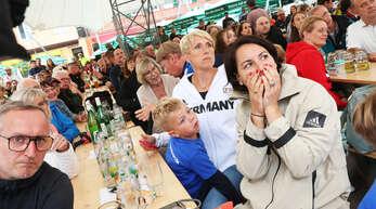 Rund 300 Fans haben sich zum Public Viewing auf dem Offenburger Marktplatz versammelt, um Speerwurfstar Johannes Vetter anzufeuern. Auch Christina Obergföll (Mitte, weißer Pulli) war mit von der Partie.