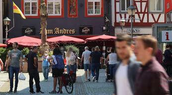 Mächtig Betrieb: Das sommerliche Wetter lockt derzeit wieder viele Menschen in die Offenburger Innenstadt.