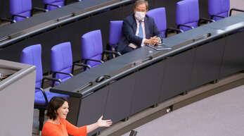 Die grüne Spitzenkandidatin Annalena Baerbock und ihr christdemokratischer Kontrahent im Juni im Bundestag.