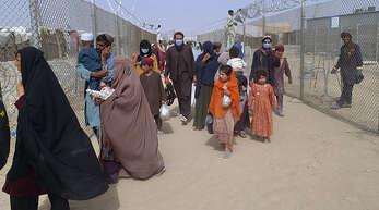 Massenflucht aus Afghanistan: Menschen überqueren am Montag einen Grenzübergang nach Pakistan.