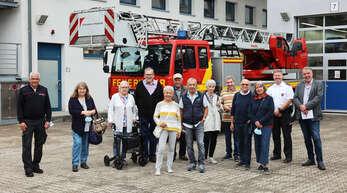 Hinter die Kulissen der Feuerwehr Offenburg am Kestendamm blicken die Leser des Offenburger Tageblatts. Umfassende und fundierte Informationen gab es dabei von Feuerkommandant Peter Schwinn (links) und Pressesprecher Wolfgang Schreiber (Zweiter von rechts). Fürs OT dabei war Redakteur Dietmar Ruh (ganz rechts).