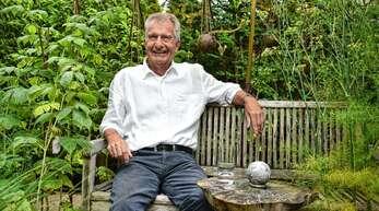 Entspannt im Garten: Der frühere Oberbürgermeister Reinhart Köstlin feiert heute seinen 80. Geburtstag.