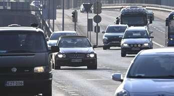 Auch der Individualverkehr mit dem Auto muss umweltfreundlicher werden – die Parteien wollen das auf ganz unterschiedlichen Wegen erreichen.