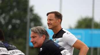 Kickers-Trainer Ramon Gehrmann (re., neben dem Sportlichen Leiter Lutz Siebrecht) hat am Mittwoch mit seinem Team im Pokal bei der SG Empfingen 2:0 gewonnen.