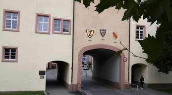 Fußgänger kommen trotz der Untersuchungen durch einen der Durchgänge hindurch, für Fahrzeuge bleibt das Schlosstor am Mittwoch aber dicht.