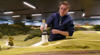 Lukas Hanser ist einer der vielen Helfer, die beim Aufbau der Schwarzwald-Modellbahn geholfen haben.