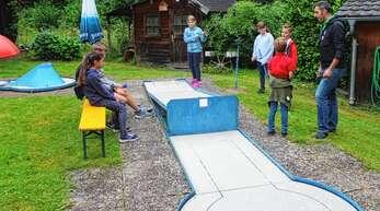 Minigolf geht immer: Das sagten sich auch 14 Ferienkinder, die mit Spaß in Rammersweier bei der Sache waren. Zumindest bis der Regen kam...