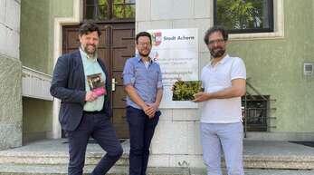 Heiner Hoeferer, Geschäftsführer der Ernani GmbH, Musikschulleiter Jakob Scherzinger und Nikolaus Halfmann, Gründer und Leiter der Ernani GmbH bei der Unterzeichnung des Nutzungsvertrages für die Erna-App.
