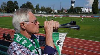 Günter Hochfeld feuert den Kehler FV mit einerTremolo-Trompete an. Der Kehler ist selbst seit Jahren als Leichtathlet Mitglied im KFV.
