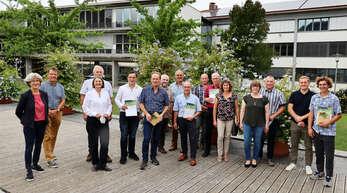 Referatsleiter für Naturschutz und Landschaftspflege Friedrich Kretzschmar (Zweiter von links) und Regierungspräsidentin Bärbel Schäfer (Dritte von Links) ehrten die Sieger beim Biodiversitätswettbewerb.