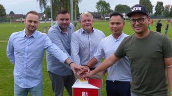 Mit ihrer großzügigen Spende erwarben sich Bartosz Lisak, Marc Lehmann, Markus Böhmer, Than Nguyen und Björn Schimkus (v.l.) das Recht, die neue Flutlichtanlage des SV Neumühl erstmals offiziell in Betrieb zu setzen.