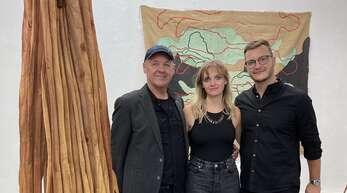 """""""Aus einer Linie"""" im Doppelsinn: Vater Armin Göhringer (links) mit Lea und Jonas bei der Vernissage ihrer Ausstellung in der Karlsruher Galerie Knecht & Burster."""