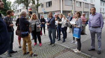 """Kritischer Blick: Innenstadt-Berater Thomas Kaiser und Kehl-Marketing-Chefin Fiona Härtel (beide Mitte) drehen mit dem Beirat des Aktionsbündnisses """"Pro Innenstadt"""" eine Runde über den Marktplatz und angrenzende Straßen."""